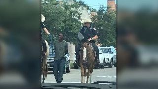"""""""这不是1819年!""""德州骑警绳牵非裔溜大街引众怒 警方道歉"""