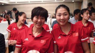 切蛋糕、领支票……中国女排举行庆功会