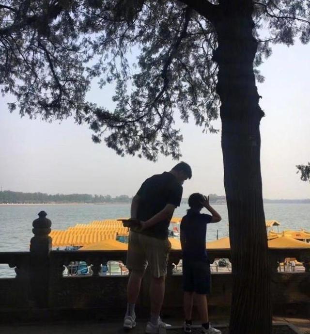 姚明携爱女游览颐和园 9岁姚沁蕾身高或已超1米7_图1-1