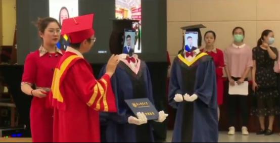 南京邮电大学云毕业典礼 机器人连线毕业生现场授学位