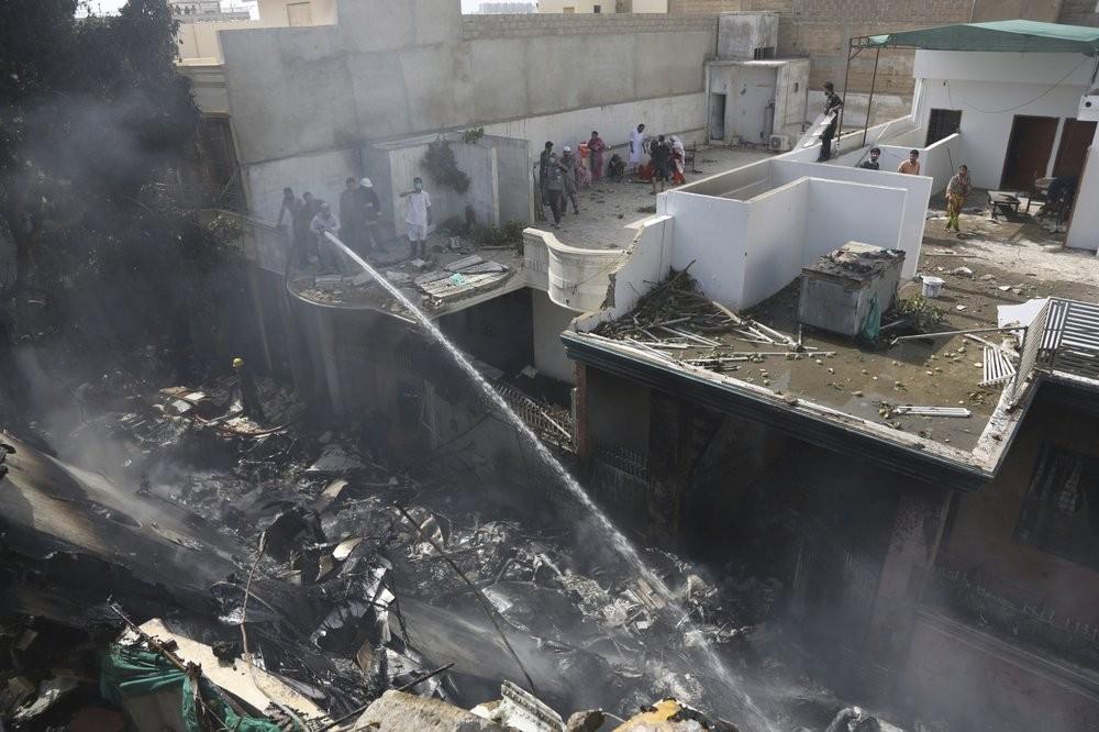 多间民房夷为平地!巴基斯坦客机坠毁居民区 机上百人或无人生还(多图)