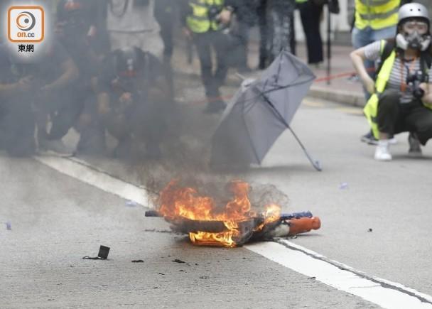 香港示威游行堵路酿多场冲突 警方出动水炮车、发射催泪烟驱散
