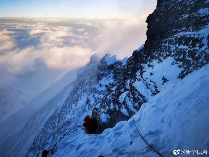 登峰测极!中国珠峰测量登山队8名队员成功登顶