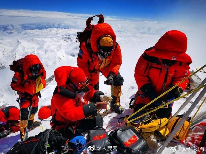 珠峰测量队员峰顶停留150分钟 创中国人在峰顶停留新纪录_图1-1