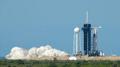 川普亲临现场 SpaceX载人龙飞船却因天气推迟发射