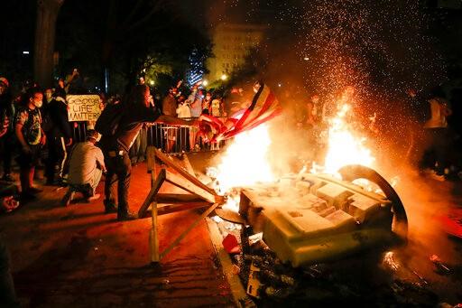 示威者白宫附近放火,纽约店铺遭洗劫…和平集会到夜晚成暴乱