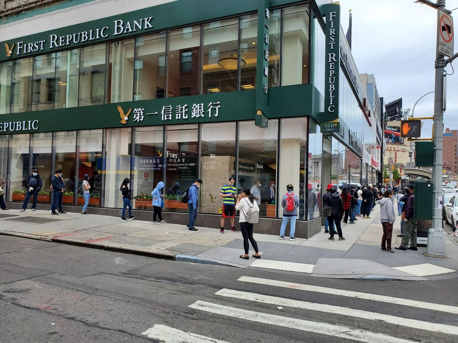 【组图】纽约华社商家竖钢板自保 民众排队取回银行保险箱中财物