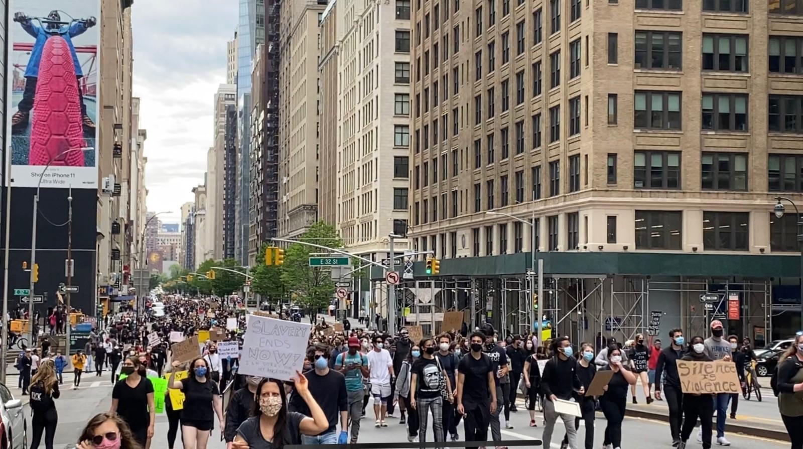 【图】纽约曼哈顿游行队伍望不到头 奢侈品店清空货品木板封门