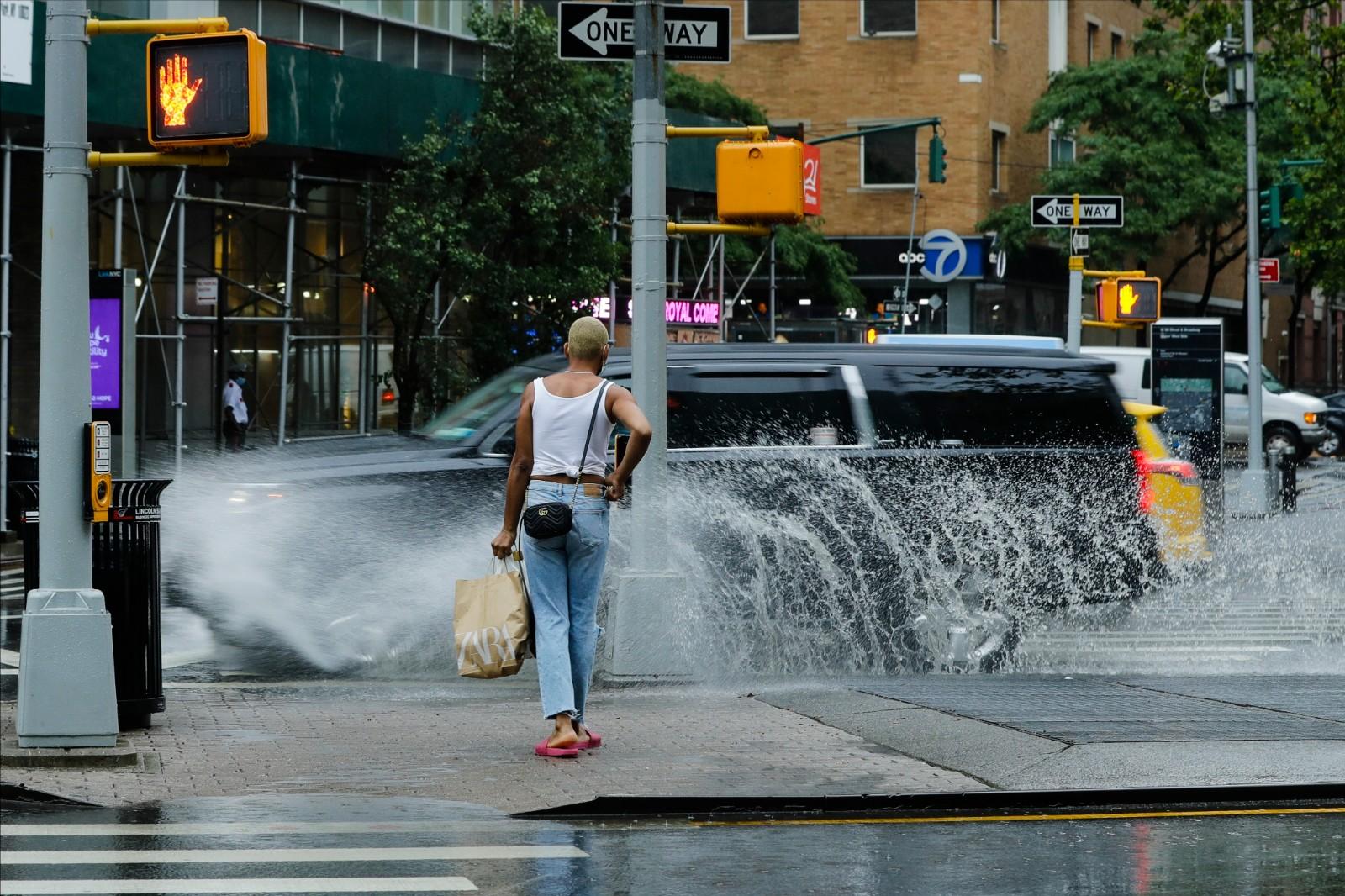 """热带风暴""""费伊""""袭击纽约 民众在暴雨强风中艰难出行"""