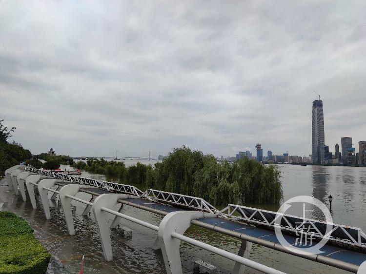 武汉部分路段江水已高过城市主干道