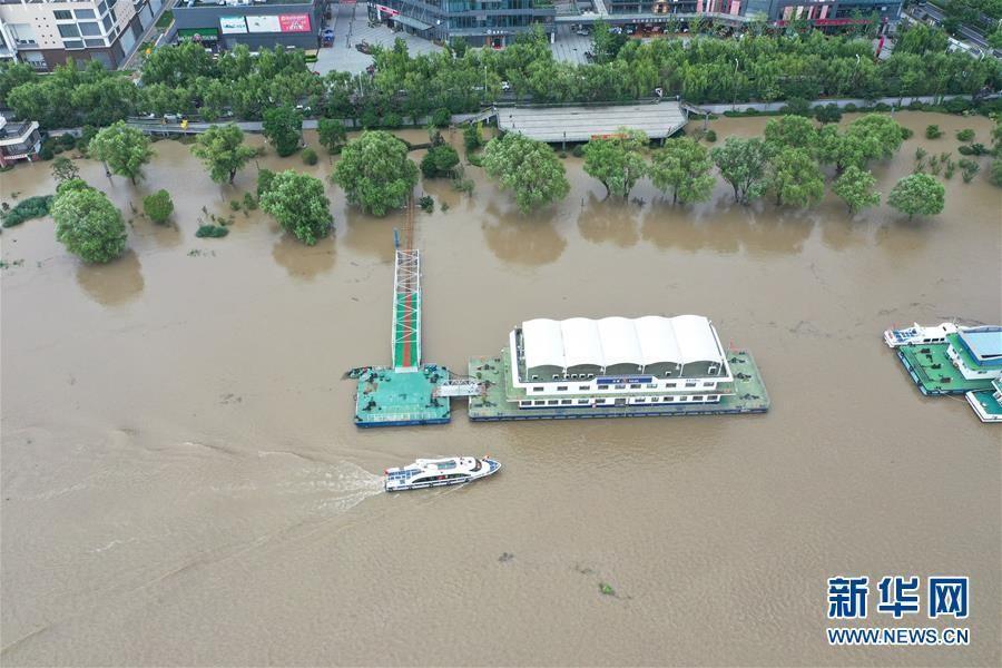 长江南京段持续高水位 中下游洪水洪峰顺利通过汉口江段