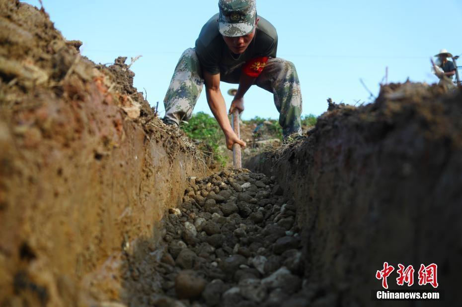 江西鄱阳圩堤抢险现场:官兵烈日下加固堤坝