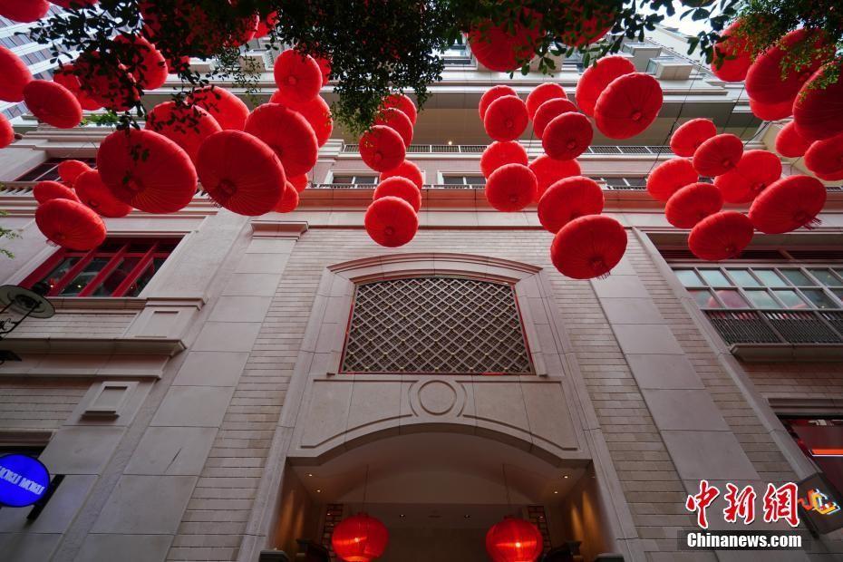"""国庆中秋""""双节""""将至 香港街头节日气氛渐浓"""