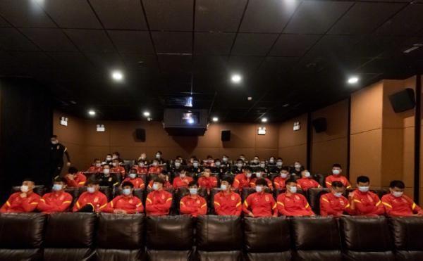 中国男足集体看《夺冠》 队员:会努力学习女排精神_图1-1