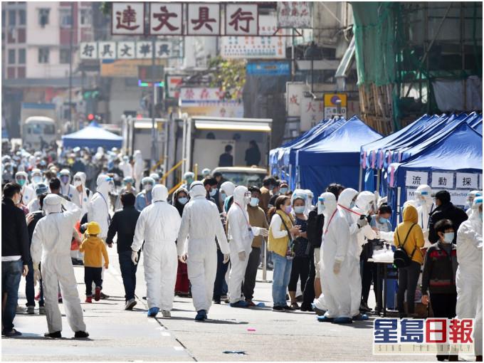 """香港首次""""封区抗疫"""" 约检测7000人 13例确诊"""