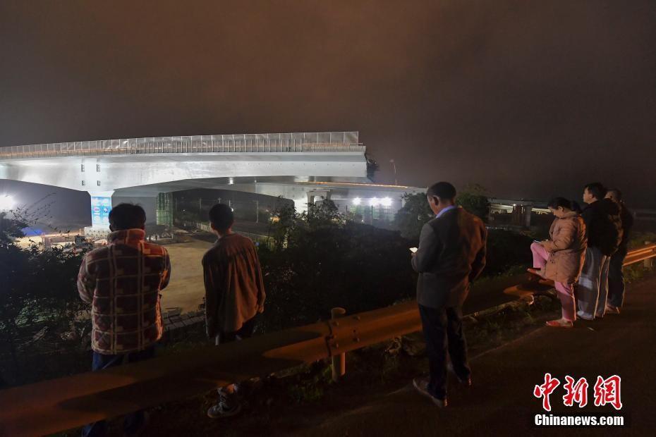 海南首个跨高铁转体梁完成转体作业