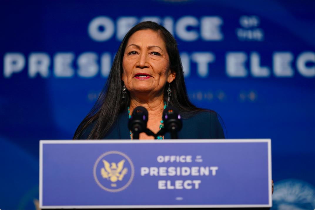 参院确认内政部长提名 海兰德成美国首位原住民阁员_图1-1