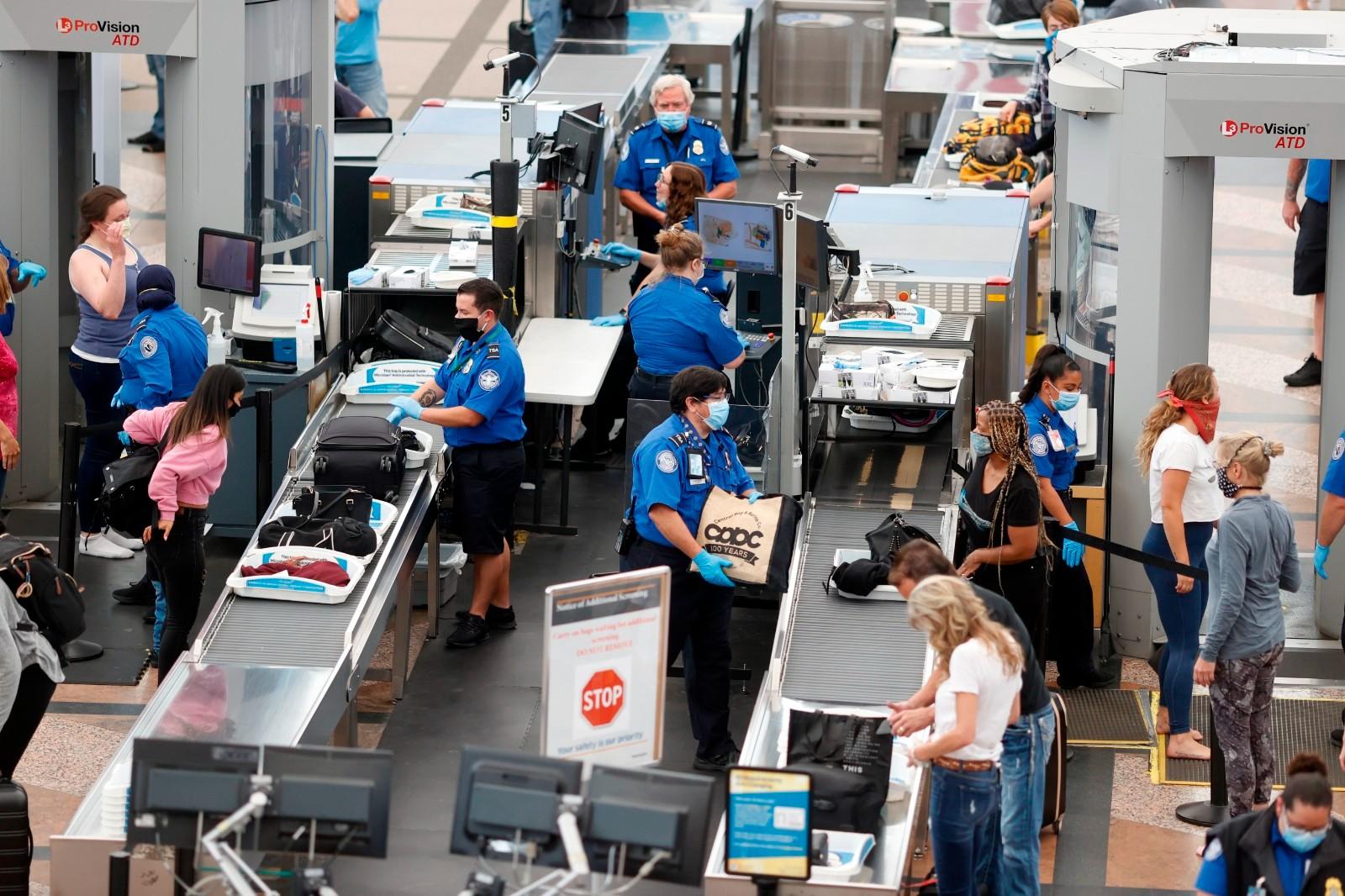 全美131个机场安检人员短缺 TSA奖$1000雇新员工_图1-1