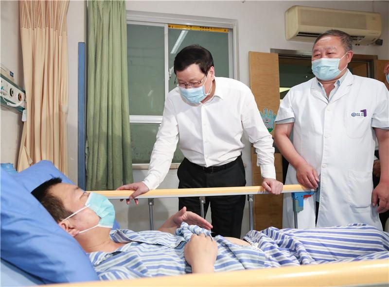 湖北省委书记应勇赴十堰 看望燃气爆炸事故受伤人员