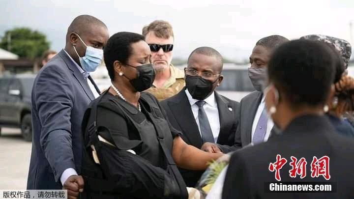 海地总统遗孀参加丈夫葬礼 身穿防弹衣面容憔悴