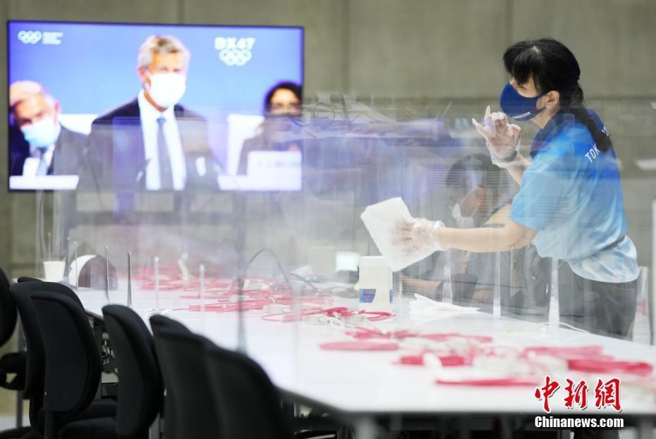 东京奥运会新闻中心疫情防控:服务台装塑料帘