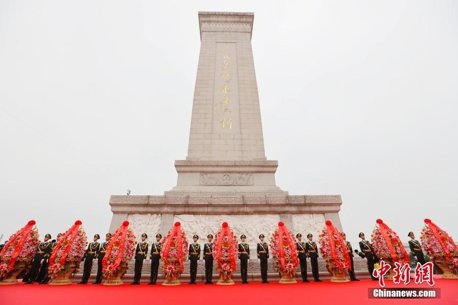 习近平等出席烈士纪念日向人民英雄敬献花篮仪式_图1-2