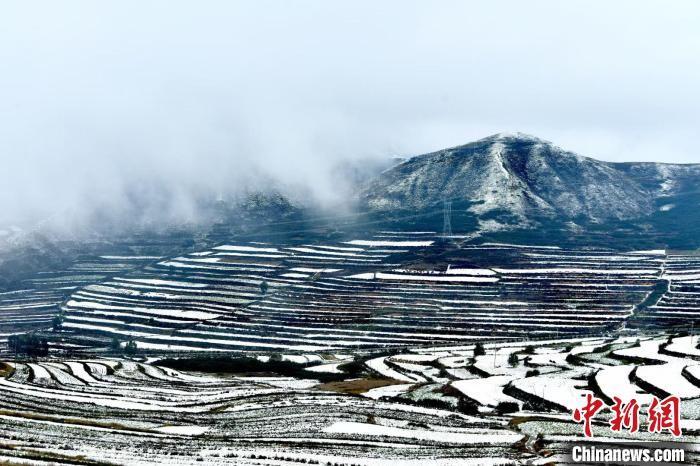 兰州榆中皑皑白雪装扮斑斓秋色