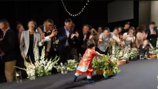 秋瓷炫于晓光婚礼儿子镜头首公开 推小花车走路呆萌可爱