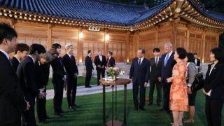 韩国EXO组合出席青瓦台活动 向川普和伊万卡赠送签名专辑