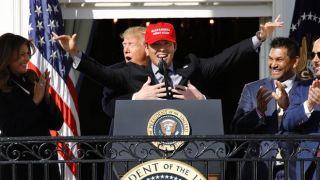 """职棒新科冠军国民队访白宫 总统特地给这名球员献""""熊抱""""(多图)"""