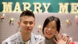 幸福!中国国羽奥运冠军晒婚戒 延续姐弟恋传统