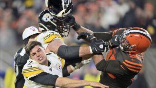 NFL爆全武行!他夺对手头盔猛打 吃史上最大停赛罚单(组图)