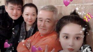 赵本山全家福照曝光画面温馨 妻子马丽娟罕见出镜