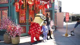 """好莱坞环球影城进入""""春节模式""""  张灯结彩庆鼠年"""