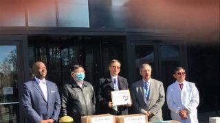 雪中送炭,美国华人医师会向纽约多家医院赠送紧急医疗用品