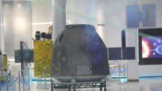 中国新一代载人飞船试验船返回舱开舱仪式举行