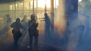 非裔死亡案暴乱继续!警察局被烧毁 CNN非裔记者直播时被捕(多图)