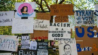 """被抗议者变成""""作品墙""""后 白宫附近围栏要拆了"""