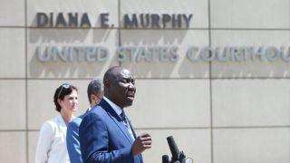 """弗洛伊德家人起诉明州市府 将非裔遇害比作""""公共健康危机"""""""
