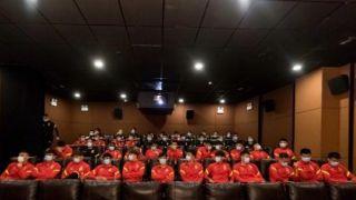 中国男足集体看《夺冠》 队员:会努力学习女排精神