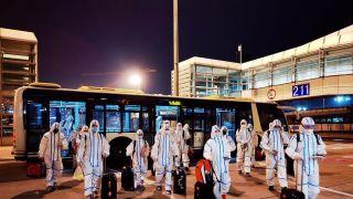 防护服+护目镜!完成四国邀请赛 中国体操队从东京回国