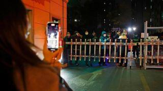 上海一居民所在小区被封闭管理 同事门口拉横幅为其庆生