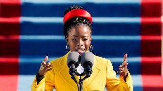 人气高涨!就职典礼22岁女诗人将出版300万册新书