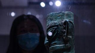 中国国博馆藏三星堆文物吸引民众参观