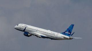 飞机上不戴口罩咒骂空乘 两名捷蓝航空旅客被重罚万元