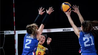 4连败 中国女排超业余失误 国手发球砸中队友后脑勺