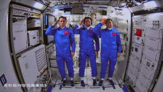 3名中国航天员在天和核心舱向人民敬礼