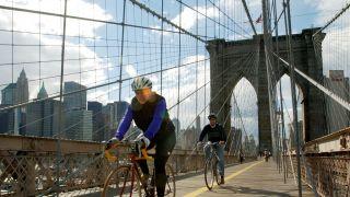 拆除一条汽车道 纽约布鲁克林大桥改建自行车道