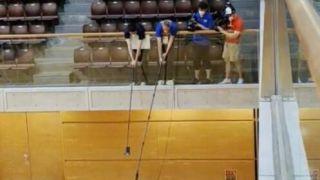 东京奥运记者自制防疫话筒 3米长话筒杆比人还高